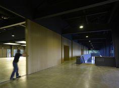 Regierungssitz in Spanien fertig / Achtziger reloaded Industriehalle in Niederbayern umgebaut