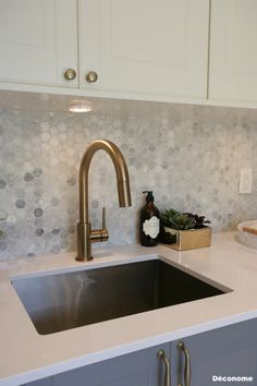 Delta trinsic faucet champagne robinet laiton doré | Crédence mosaïque hexagonale de marbre