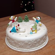62 Awesome Christmas Cake Decorating Ideas and Designs - Christmas - Chrismas Cake, Fondant Christmas Cake, Christmas Wedding Cakes, Christmas Cake Designs, Christmas Cake Topper, Christmas Cake Decorations, Christmas Cupcakes, Holiday Cakes, Christmas Desserts