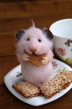 Realistische Hamster mit Cookie Gefilzte Maus von HouseOFFeltMouse