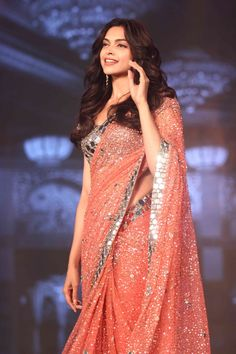 Deepika Padukone at the trailer launch of 'Happy New Year'. Deepika Padukone at the trailer Outfit Essentials, Fancy Sarees, Party Wear Sarees, Indian Dresses, Indian Outfits, Deepika Padukone Saree, Traditional Blouse Designs, Designer Sarees Wedding, Saree Trends