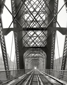 """""""Memphis Bridge spanning Mississippi River between Memphis, Tennessee, and West Memphis, Arkansas. Cantilever span detail, view to southwest."""" 1985 photo by Clayton B. Fraser for the Historic American Buildings Survey"""