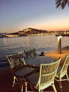 Mesa libre al atardecer en Ibiza. Maravilloso otoño. Table for you. Sunset in Ibiza. Wonderful autumn. Outdoor Chairs, Outdoor Furniture, Outdoor Decor, Sun Lounger, Home Decor, Sunsets, Mesas, Chaise Longue, Decoration Home