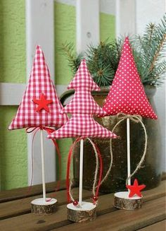 20 idéias para arte de Natal com retalhos - Nähprojekte - Christmas Makes, Noel Christmas, Rustic Christmas, Handmade Christmas, Christmas Ideas, Fabric Christmas Trees, Felt Christmas Decorations, Christmas Ornaments, Christmas Sewing Projects