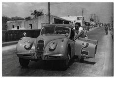 A man pushes his broken down Jaguar during the Havana-Guinea-Cienfuegos race in 1955 Cuba Culture, Vintage Cuba, Interesting Gif, Jaguar Xk120, Cienfuegos, Cuba Travel, Beautiful Islands, Havana, Cool Cars