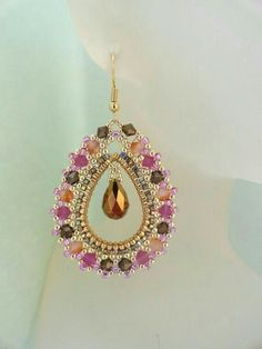 Beautiful beaded earrings - links to tutorial (not free) in French. Love the colors in this piece. Beaded Jewelry Designs, Seed Bead Jewelry, Bead Jewellery, Seed Bead Earrings, Jewelry Patterns, Diy Earrings, Beading Patterns, Handmade Jewelry, Beading Projects