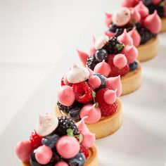 Explore Pastry Chef Antonio Bachour's photos on Flickr. Pastry Chef Antonio Bachour has uploaded 7123 photos to Flickr. Pastry Art, Pastry Chef, Gateaux St Valentin, Tart Molds, Food Plating, Plating Ideas, Decoration Patisserie, Berry Tart, Fancy Desserts