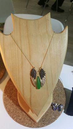 Her dünyaya gelene bir melek verilirmiş. Bu da sizin koruyucu meleğiniz olarak tasarlanmış Kanat kolye. Özellikler: Yeşil Akik taş, 925 ayar Gümüş üzeri altın kaplama ve siyah rodyum kaplama. Boy: Göğüs kafesi Uzunluk: 55 cm  #kolye #necklace #silver #gumus #gümüş #taki #takı #ozeltasarim #özeltasarım #handcrafted #handmade #green #yesil #yeşil #gemstone #fashion #moda #aksesuar #accessories