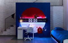 Symbol w kształcie kuli namalowany na ścianie w sypialni zainspirowanej grą w pokemony
