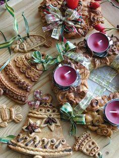 Slané těsto jako dekorace - s tubou tempery modelujeme jehlan a nůžkami nastříháme jako vánoční stromek