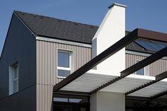 nice color and arbor Farmhouse Style, Garage Doors, Villa, Nice, Outdoor Decor, Color, Home Decor, House Facades, Bregenz