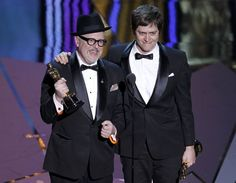 William Joyce y Brandon Oldenburg reciben el Oscar al Mejor Cortometraje de Animación por 'The Fantastic Flying Books of Mr. Morris Lessmore'. #Oscars