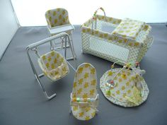 scale 5 piece nursery set , yellow ducklings via Etsy Miniature Crafts, Miniature Houses, Miniature Dolls, Miniature Furniture, Dollhouse Furniture, Dollhouse Dolls, Dollhouse Miniatures, Mini Bebidas, Mini Doll House
