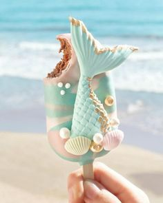 Paleta decorada para fiesta de sirena Mermaid Cake Pops, Mermaid Cakes, Cute Food, Yummy Food, Magnum Paleta, Kreative Desserts, Cute Baking, Rainbow Food, Savoury Cake