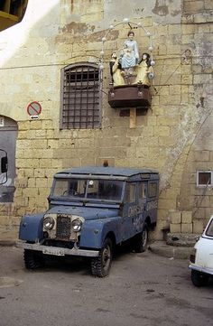 Old Series One Land Rover at Valletta Malta: Love the colour.....