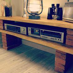 Un DIY pour réaliser un meuble TV, ultra-simple!  Ce dont vous avez besoin : --> 2 planches en bois  --> Des briques anciennes  --> Des disques abrasifs : ow.ly/KgxS305Yk2n --> De la teinte & cire à bois : ow.ly/E6p8305Ykbk --> Du mastic pour fixer les briques entre elles : ow.ly/acC7305Ykkg