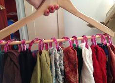 Вешалка-плечик с кольцами. С помощью обычных круглых колец (например, для шторы в ванной) можно придумать множество самых разных приспособлений для хранения.