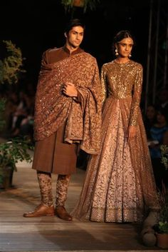 Sabyasachi at Delhi Couture Week 2013 Buckle Up Ladies, because even though India Bridal Fashion Week has ended, Delhi Couture Week 2013 (DCW has just begun. First up on Day 1 was Anju Modi and Sabyasachi, and since we. Lakme Fashion Week, India Fashion, Asian Fashion, Fashion Tips, Indian Bridal Lehenga, Indian Bridal Wear, Pakistani Bridal, Indian Wear, Indian Fashion Designers