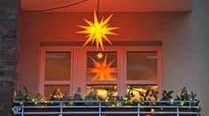 See how your patio can be decorated with the Herrnhut Stars in different sizes. (http://www.wand-und-beet.de/balkon/gestalten/balkon-weihnachtlich-dekorieren) #mybrilliantstar #herrnhutstar #moravianstar #christmas #decoration