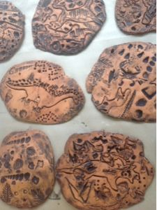 Prehistoric Art - clay fossils for kindergarten and first grade. press in toy dinos, cookie cutters, and texture tools. Kindergarten Art Projects, Kindergarten Lessons, School Art Projects, Art Lessons Elementary, Clay Projects, Stone Age Art, First Grade Art, Kids Clay, Art Lesson Plans