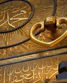 Closeup View of the Kaaba Door Lock. Muslim Images, Islamic Images, Islamic Pictures, Islamic Quotes, Mecca Madinah, Mecca Masjid, Mecca Wallpaper, Islamic Wallpaper, Quran Wallpaper