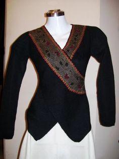 Elegante #Wickel #Jacke aus #Alpakastoff in allen Größen lieferbar. Ein ausgefallenes Modell, Wickeljacke mit raffinierten Abschlüssen aus einem edlen Stoff, gefertigt von kostbarer Alpakawolle.