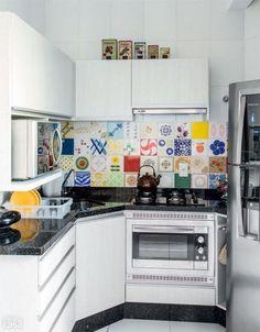 06-cozinha-de-apartamento-com-planta-irregular-se-integra-a-sala