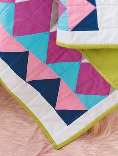 Mix and match Half-rectangle Triangles to make a graphic baby quilt with a geometric colour pop finish 🙌🏻