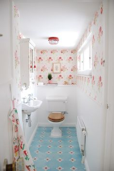 Try one of the shabby chic bathroom designs for a lace ruffle or rosette shower or bathtub curtain. For a larger project try one of the shabby chic bathrooms that repurposes an old table or dresser into a beautiful sink . Baños Shabby Chic, Cocina Shabby Chic, Shabby Chic Kitchen, Shabby Chic Homes, Bad Inspiration, Bathroom Inspiration, Ideas Baños, Decor Ideas, Decorating Ideas
