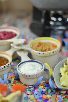 Feta Pfeffer Dip - Silvester Fondue Abend mit Dips, Kartoffelsalat, Pinwheel Pops & guter Musik   Das Knusperstübchen Feta, Dips, Snacks, Pinwheels, Cheese, Tableware, Ethnic Recipes, Dressings, Blog