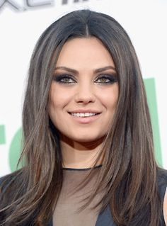 Mila Kunis Smoky Eye Makeup Tutorial - Ready to break some hearts? Check out this Mila Kunis smoky eye makeup tutorial and have fun trying a mysterious and incredibly glamorous look for maximum impact! Spring Hairstyles, Pretty Hairstyles, Bride Makeup, Hair Makeup, Makeup Tips, Mila Kunis Hair, Smoky Eye Makeup Tutorial, New Hair Colors, Celebrity Makeup