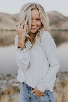 Sycamore Textured Top – White Sweater Fall Outfit Ideas – - Amy's World Photography Senior Pictures, Girl Senior Pictures, Senior Girls, Senior Photos, Girl Photography, Photography Outfits, Sweater Outfits, Fall Outfits, Sweater Fashion