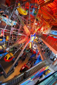 I WANT TO GO HERE SO BAD!! Toys R Us in New york.. AMAZING