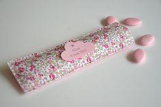 ambiance très douce pour ces contenants à dragées... petit étui rectangulaire en tissu (coton) Liberty Eloïse rose dos en feutrine de laine rose poudré étiquette n - 14011145