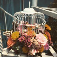 Una jaula floral como centro de mesa es el elemento ideal para una boda vintage. ---- Cotizaciones a info@ohlala-eventos.com----