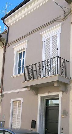 RINGHIERA FERRO BATTUTO . Realizzazioni Personalizzate . 909 Balcony Grill Design, Balcony Railing Design, House Paint Exterior, Dream House Exterior, Terrace Decor, Grey Houses, House Elevation, Paint Colors For Home, Exterior Colors