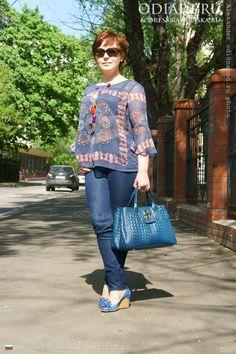 Moscow street fashion 2013. Short tunic, women's jeans, blue shoes Salamandra. Blue genuine leather handbag. Alexander odigif@gmail.com Author's photo.