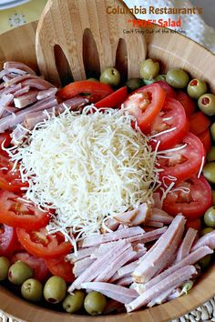 The most amazing salad: meats, cheese, lettuce, tomatoes & olives in a fantastic dressing. You will want more and more of this great salad. Keto Recipes, Cooking Recipes, Healthy Recipes, Cooking Ideas, Salad Bowls, Soup And Salad, Pasta Salad, 1905 Salad Recipe, Rabbit Food