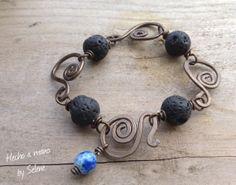 Realizada con piedras volcánicas, alambre de aluminio color oro viejo, y piedra facetada azul, cierre de gancho hecho con misma pieza de alu...