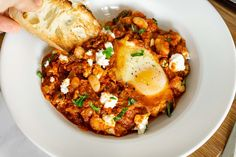 Who doesn't love a hearty Sunday brunch? Whether you are cooking for friends or just your family, sharing a big meal on a lazy Sunday morning is a great way to bring people together and put a great stamp on the end of the weekend. Lazy Sunday Morning, Sunday Brunch, White Bean Recipes, Shakshuka Recipes, Big Meals, Feeding A Crowd, White Beans, Vegan Friendly, Brunch Recipes