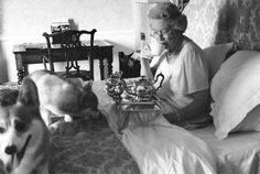 Queen Elizabeth II drinks tea in bed Reine Victoria, Queen Victoria, Lady Diana, Prinz Philip, Estilo Real, Isabel Ii, Her Majesty The Queen, English Royalty, Elizabeth Ii