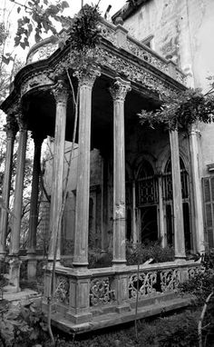Abandoned House - I'd want to explore, but it might be full of monkeys. Abandoned Buildings, Abandoned Castles, Old Buildings, Abandoned Places, Beautiful Architecture, Beautiful Buildings, Beautiful Places, Vintage Architecture, Old Mansions
