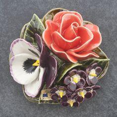 Ceramic Rose, Violet and primulas (16cm). High quality and resistant to frost. Handmade in France. Boeket met roos, viool en primula's van keramiek (16cm). Hoge kwaliteit en bestand tegen vorst. Handgemaakt in Frankrijk. #keramiekvoorbuiten