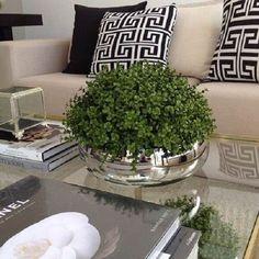 Utilize vaso com plantas artificiais para decorar a sala de estar #plantasartificiais #artificiais #plantas