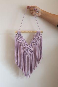 Różowa makrama na ścianę wykonana ręcznie ze sznurka o grubości 3 mm. Zawieszona na drewnianym kołeczku. Idealna na prezent dla dziecka, nastolatki, przyjaciółki. Tassel Necklace, Crochet Top, Wall, Diy, Tops, Women, Fashion, Moda, Bricolage