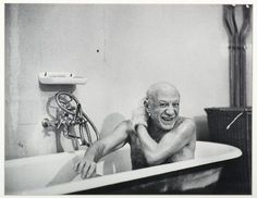 Pablo Picasso taking a bath. #bathtime #smile #picasso #art #artist #bathtub #artworld #arthistory #pablopicasso #masterartists