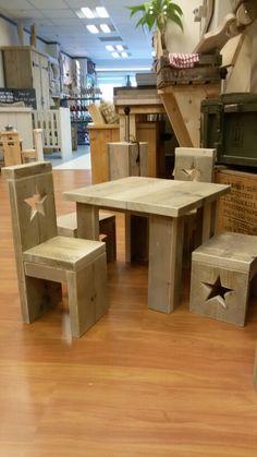Tafel / 2 stoeltjes / 2 krukjes van steigerhouten voor kinderen