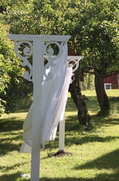 Clothes Line: Love This. I have been thinking about putting up a clothes line. This looks fabulous. This what I expected when I ask for a clothes line Outdoor Spaces, Outdoor Living, Outdoor Decor, Outdoor Projects, Wood Projects, Yard Art, Farm Life, Cottage Style, White Cottage