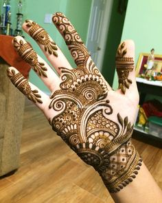 Top handpicked Arabic mehndi designs of Find unique and simple Arabic mehendi designs for hands and legs for weddings. Palm Mehndi Design, Back Hand Mehndi Designs, Simple Arabic Mehndi Designs, Henna Art Designs, Mehndi Designs For Girls, Mehndi Designs 2018, Dulhan Mehndi Designs, Mehndi Design Photos, Mehndi Designs For Fingers
