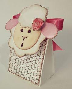 Linda caixa para o tema ovelha, pode ser feita com ou sem os tons sombreados que dão o aspecto vintage.  Tem efeito 3D elevando o topete da cabecinha da ovelha.  Pedido mínimo 1 kit cada gênero.  Consulte tempo de produção e paleta de cores. R$ 75,50